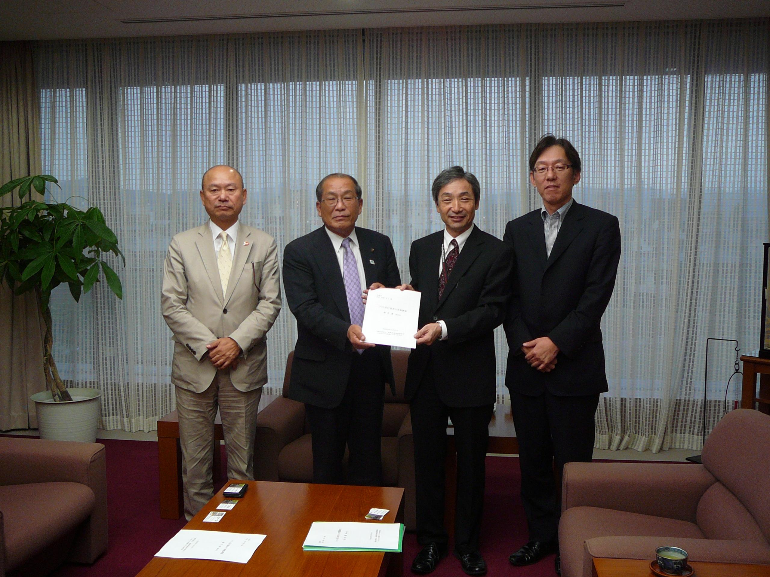 報告の様子               石碕副会長、長岡市長、吉岡会長、北村監事