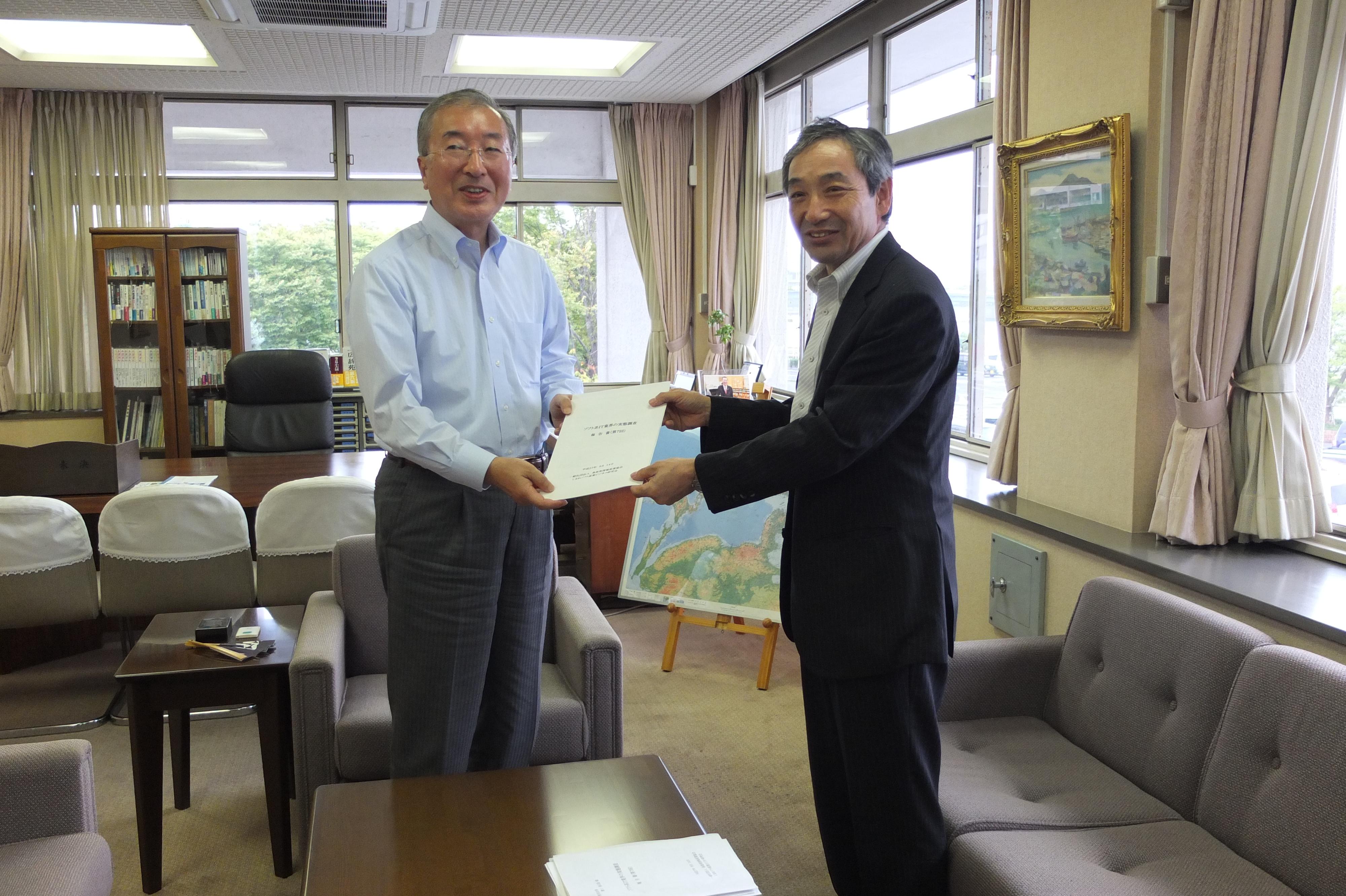 松浦市長に報告書提出